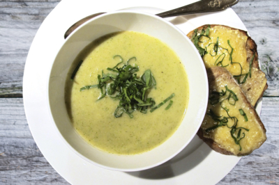 broccolisoep met daslook en een kaasbruschetta