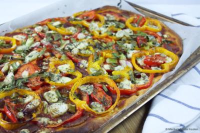 Snelle pizza met salami en paprika