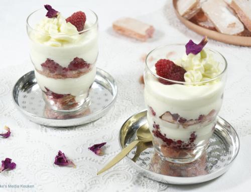 Laagjestoetje met frambozen, roos en roze eierbiscuits