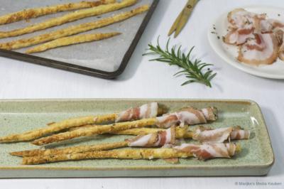 Bladerdeegstengeltjes met pancetta