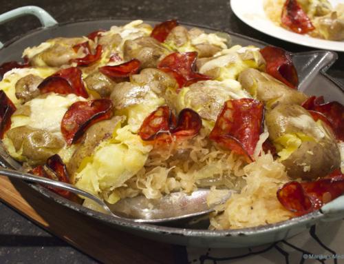 Zuurkool met geplette aardappelen en chorizo