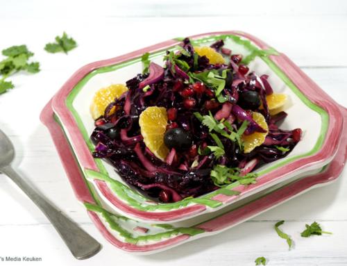 Rodekoolsalade met mandarijn en granaatappelpitten