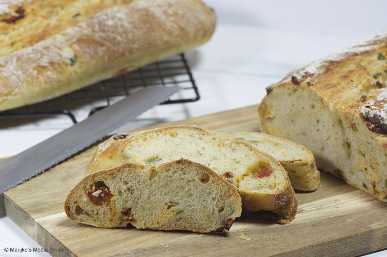 Aardappelbrood met olijven en gedroogde tomaatjes
