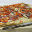 Flammkuchen met rode ui, paprika en spek