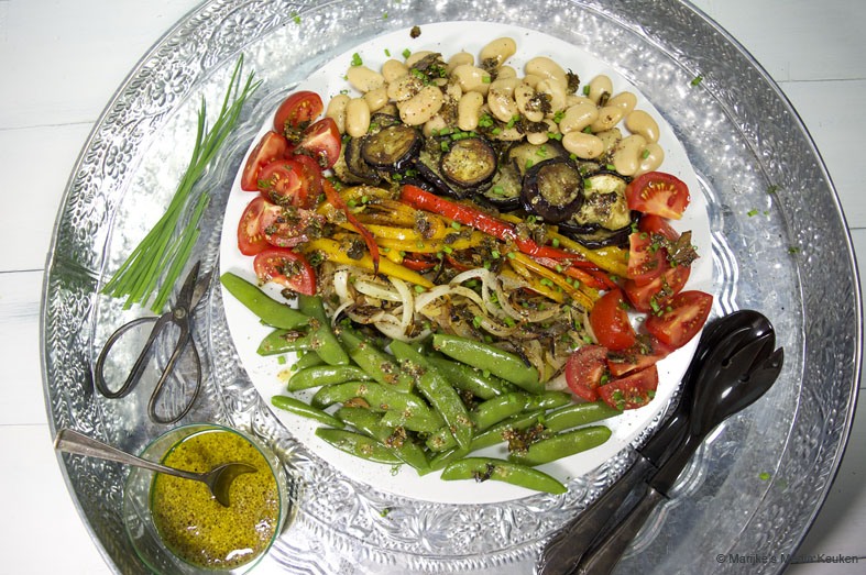 Groentesalade met gebakken zeewiersnippers
