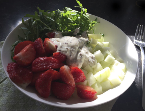 Koolrabisalade met aardbeien en rucola