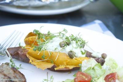 gepofte zoete aardappel met knoflookskyr