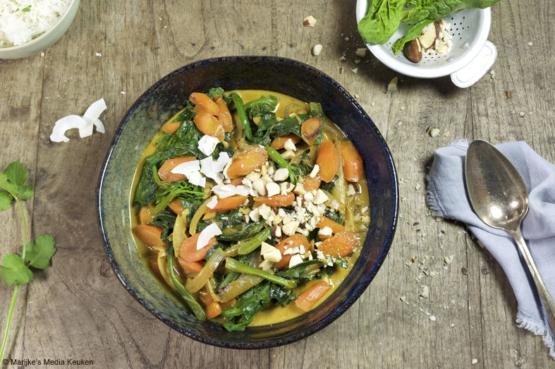 Vegetarische curry met wilde spinazie en bospeen