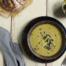 Knolselderij-preisoep met bosui en zwarte olijven