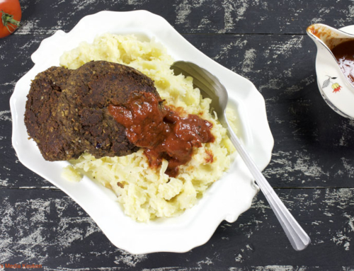 Kruidige zwarte bonenburgers met pittige tomatensaus