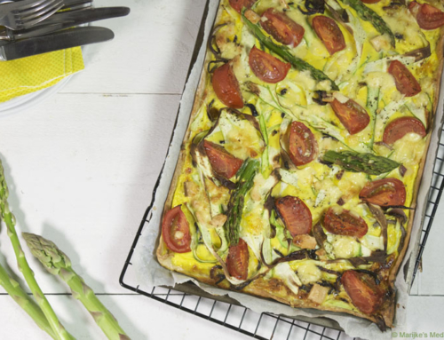 Hartige taart met groene asperges en tomaat