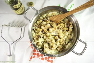 Grove knolselderijstamppot met rode ui en olijfolie