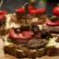 Broodje spekburger met tynjetaler en olijvenchutney