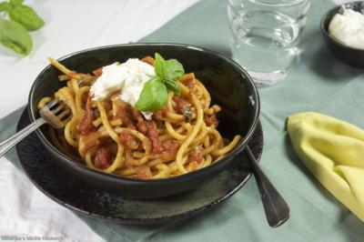 Pasta met tomatensaus en burrata