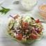 Kikkererwten-tomaatsalade met geroosterde paprika-yoghurtdressing