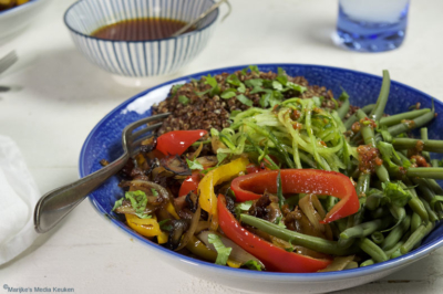 Saladebowl met rode quinoa en veel groenten