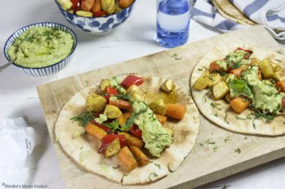 Libanees flatbread met geroosterde groenten en tuinbonenhummus