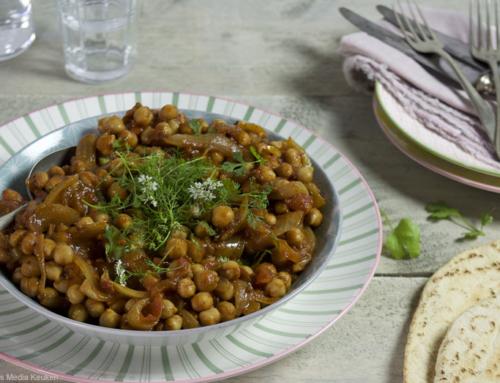 Gebakken kikkererwten met ui, tomaat en koriander