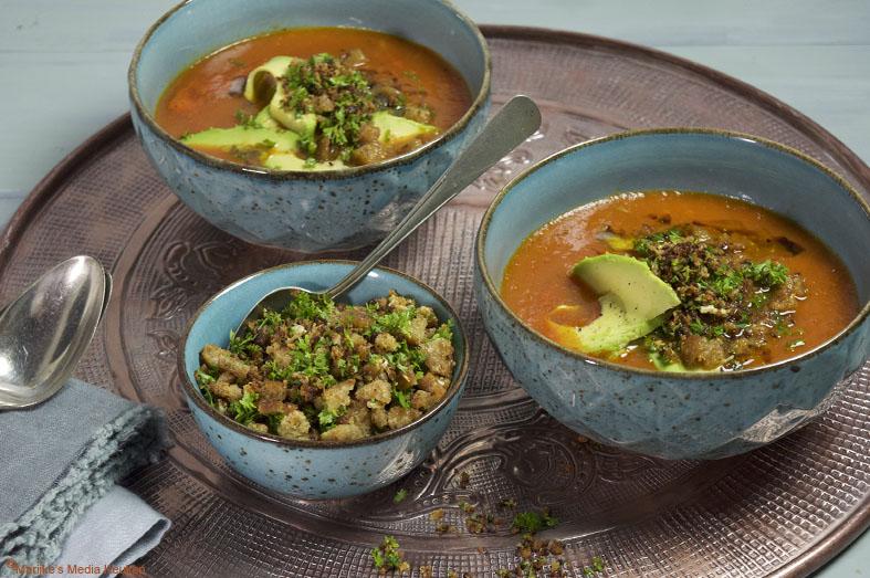 Tomatensoep met avocado en krokante knoflookkruimels