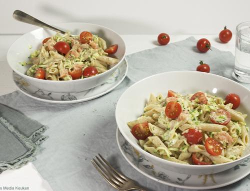 Snelle pasta met zalm, courgette, tomaat en roomkaas