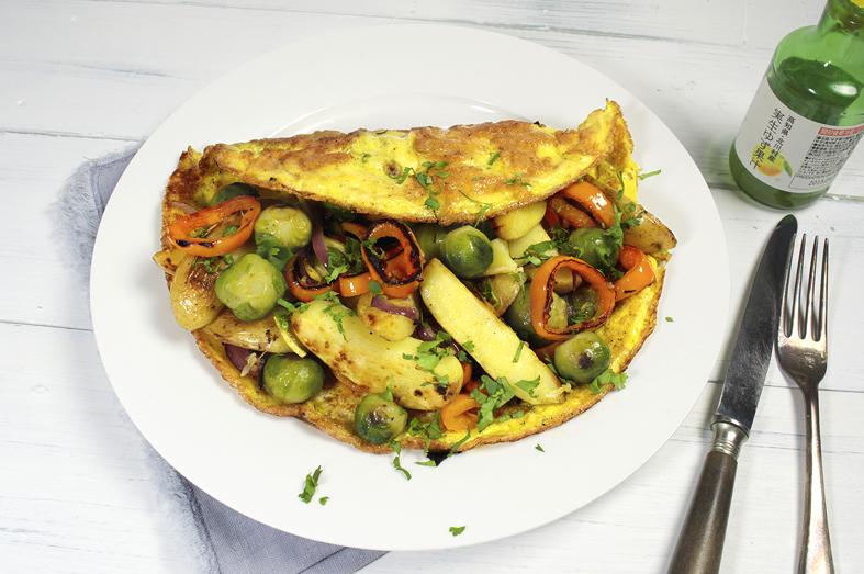 Gevulde omelet met spruitjes, paprika en aardappel