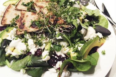 Salade met mesclun, biet, avocado en feta
