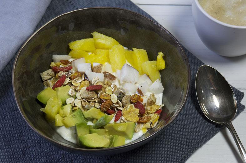 Snel ontbijt met kwark, muesli, avocado, ananas en kokos