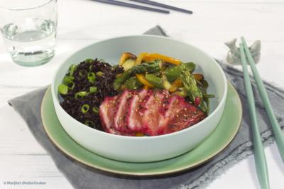 Zwarte rijst met zalm gemarineerd in rode bietensap