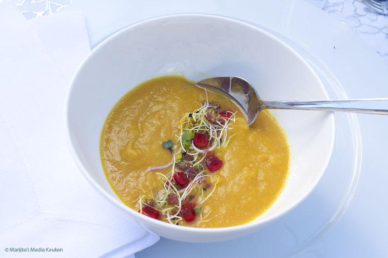 wortelsoep met sinaasappelsoep en rode maïs