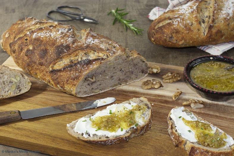 pittenbrood met noten en een walnotendip