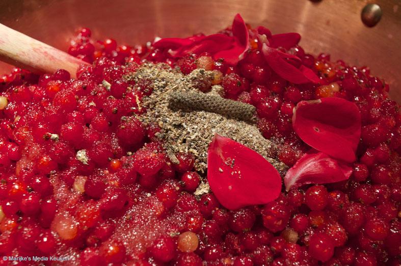 Rodebessenjam met rozenwater en lange peper