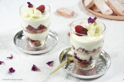 laagjestoetje met frambozenroos en roze eierbiscuits