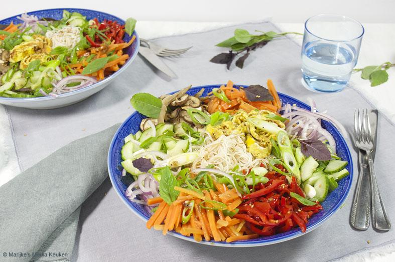 Rijstnoedelsalade met veel groenten en ei
