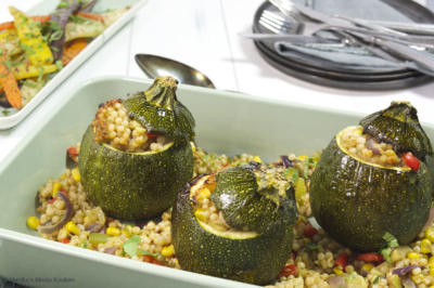 Gevulde bolcourgettes met groenten en parelcouscous