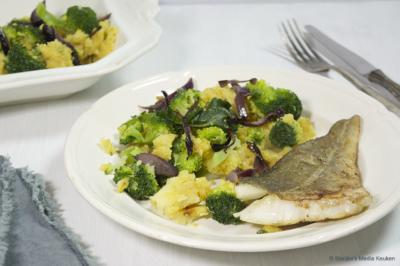 Pittige broccolistamppot met rode uien en vis