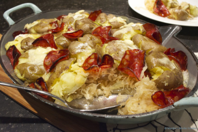 zuurkoolschotel met geplette aardappelen en chorizo