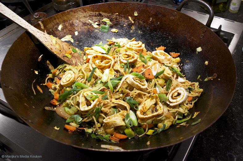 Vegetarische bami met omelet