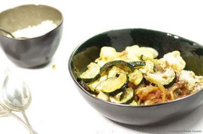 Gevulde pasta met tomatensaus en gebakken courgette