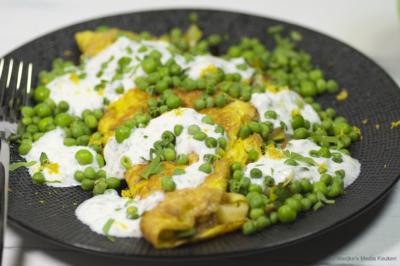 Gevulde omelet met tuinerwtjes en citroenyoghurt