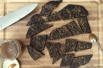 chocolade met zoute karamel en sesamzaad