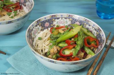 Roerbak met groene asperges en paprika