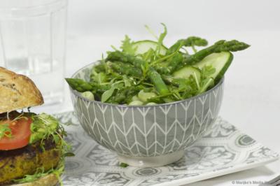 Groene salade met tuinbonen, rucola en aspergetips
