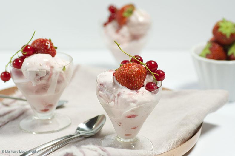 Yoghurtijs met aardbeien en aalbessensiroop