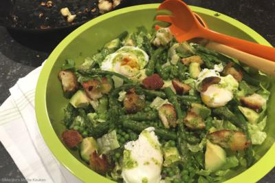 Groene aspergesalade met doperwtjes en gepocheerd ei