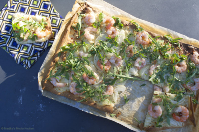 Flammkuchen met garnalen, cottage cheese en rucola