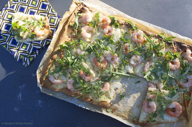 Flammkuchen met garnalen, cottage cheese en rucola