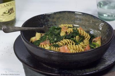 Pasta met spinazie, knoflook en gerookte zalm