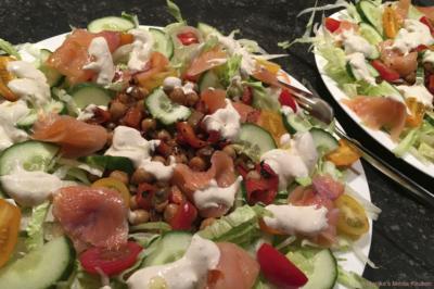 Salade met kikkererwten, ijsbergsla, zalm en tahiniyoghurt