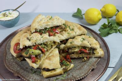 Turks brood met gebakken groenten en tulumkaas