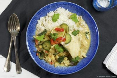 Gestoofde kabeljauw met knapperige groenten in kokossaus